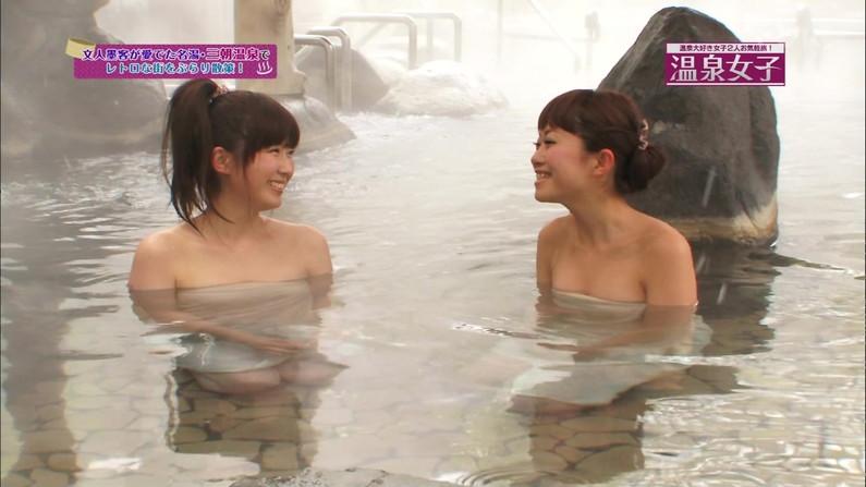 【放送事故画像】バスタオル一枚と言う超無防備な状態でテレビに映る女子アナやアイドル達ww 17