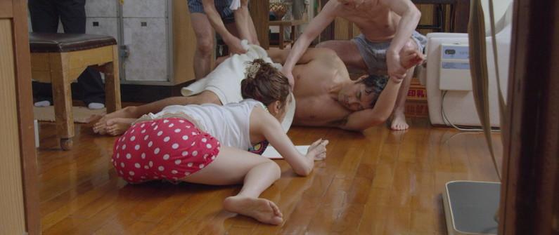 【放送事故画像】テレビ見ててもこんな尻出て来たら尻ばっかり見てしまうよなww 18