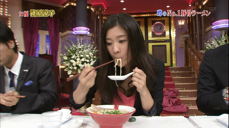 【疑似フェラ画像】こんなエロい食べ方してたら思わずチンコ反応しちゃわない?www 09