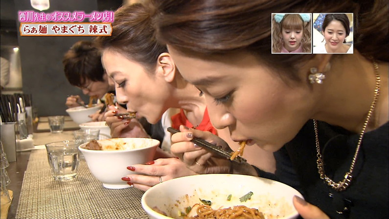 【疑似フェラ画像】こんなエロい食べ方してたら思わずチンコ反応しちゃわない?www 14