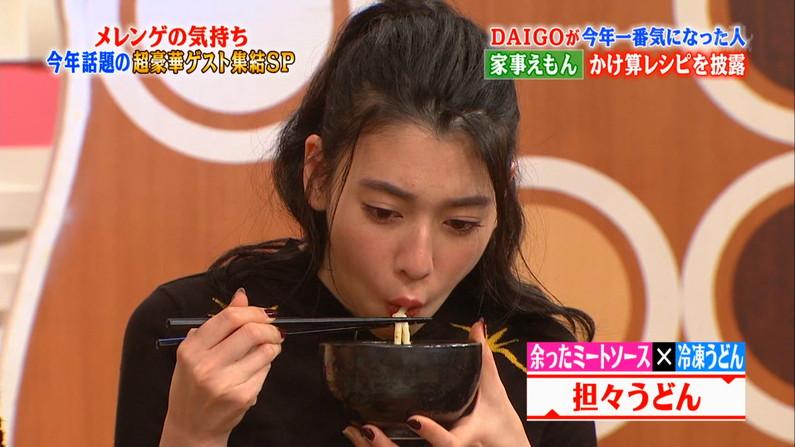 【疑似フェラ画像】こんなエロい食べ方してたら思わずチンコ反応しちゃわない?www 16
