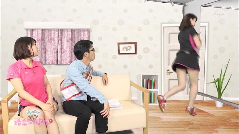 【放送事故パンチラ画像】そんな短いスカート履いてたらほらぁ・・・www 18