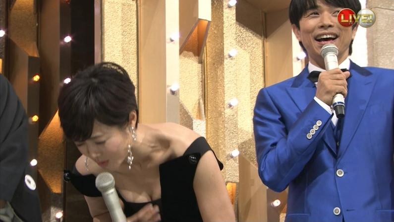 【放送事故画像】胸元ガッツリ開けてテレビでオッパイ見せびらかしてるぞwww 07