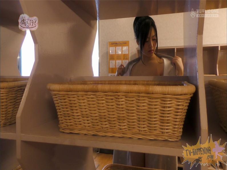 【お宝エロ画像】お尻フェチにはたまらない番組「温泉に行こう!」で今日も美女のお尻がドアップで映るww 16