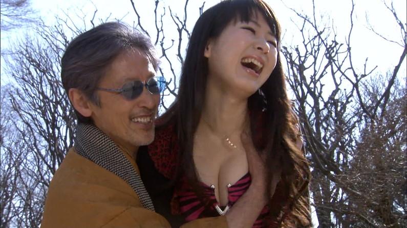 【放送事故画像】胸元パックリ開けてオッパイ見せつけられたら谷間に飛び込みたくなるよなww 07