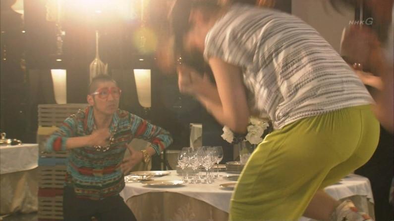 【放送事故画像】テレビに映ったムチムチの尻肉たまんね~www 02