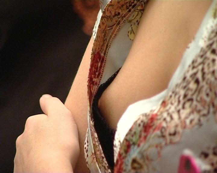 【ポロリ画像】もはやポロリとかじゃなくガッツリ見えちゃってる素人さんの乳首www 02