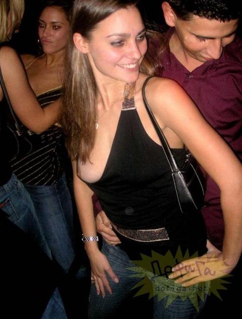 【ポロリ画像】もはやポロリとかじゃなくガッツリ見えちゃってる素人さんの乳首www 09