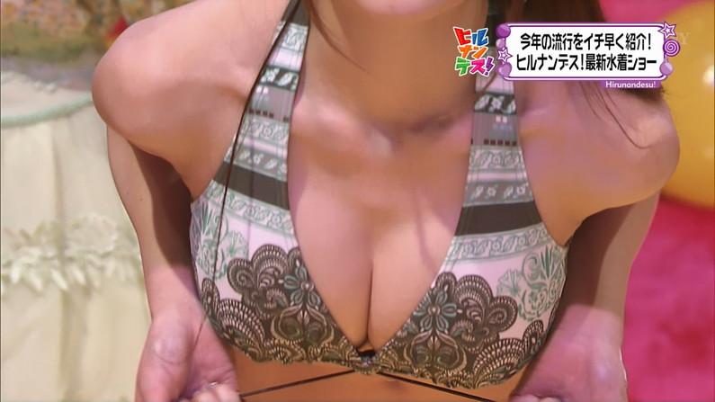 【放送事故画像】水着着てテレビでオッパイ強調して見せたがる女達www 10