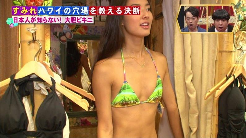【放送事故画像】水着着てテレビでオッパイ強調して見せたがる女達www 17