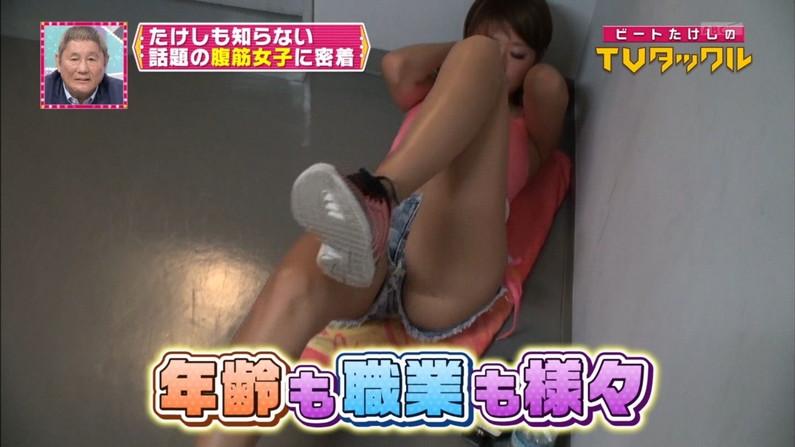【放送事故画像】完全に股間狙いのカメラアングルが卑猥すぎてやばいwww