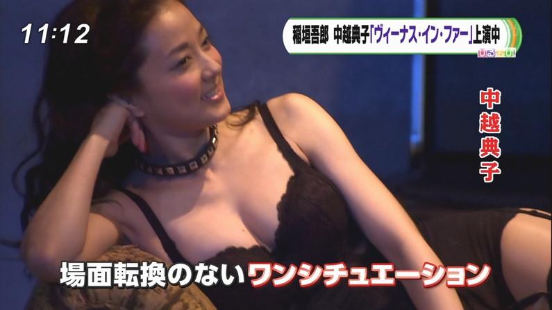 【放送事故画像】テレビで胸ちらする女ってそんなに自分のオッパイ見したいのか?ww 03