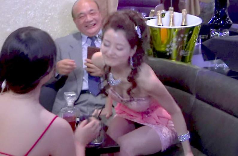【放送事故画像】テレビで胸ちらする女ってそんなに自分のオッパイ見したいのか?ww 19