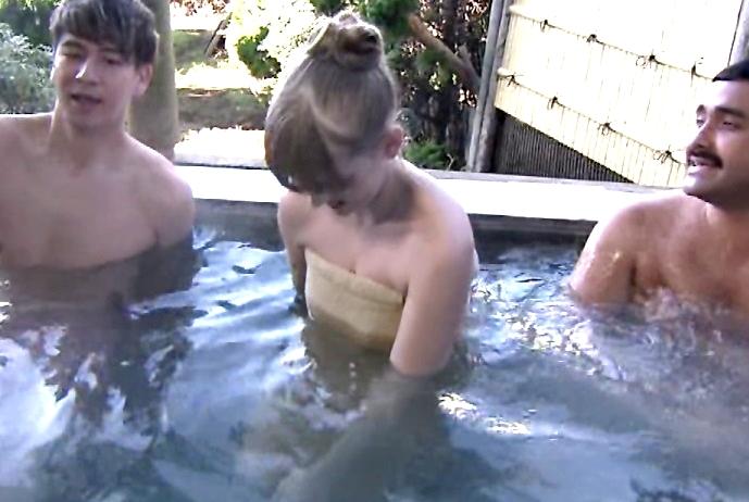 【放送事故画像】バスタオルでオッパイ強調!湯船に浮かぶオッパイがエロすぎwww 13