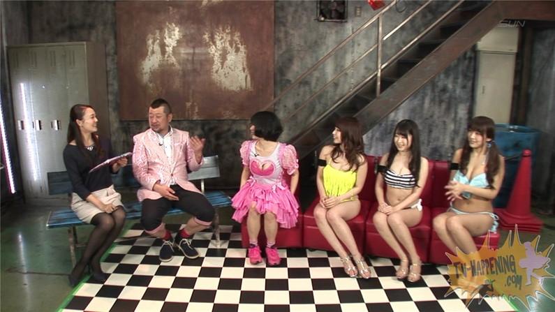 【お宝エロ画像】ケンコバノバコバコテレビに出てる女がやたら巨乳で際どい水着着てるぞwww