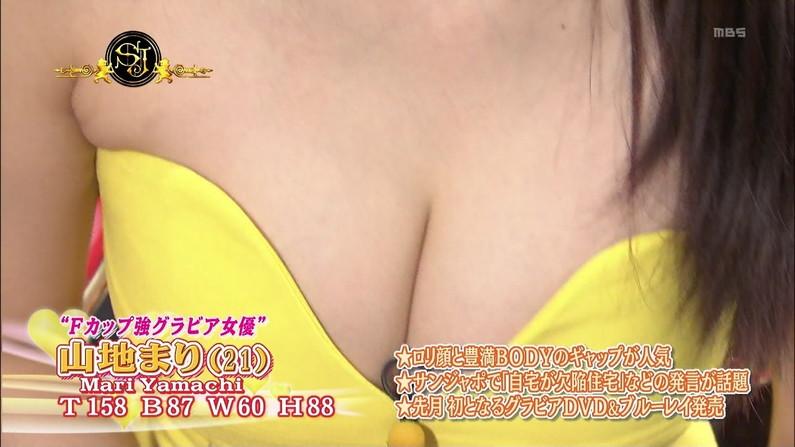 【放送事故画像】オッパイを武器とする女性タレントの胸の露出の仕方がエロすぎるww 11