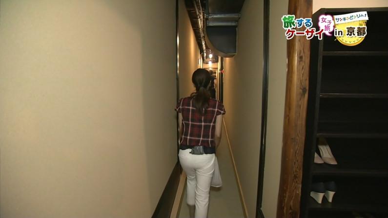 【放送事故画像】女子アナがピッタリしたパンツ履いてお尻のラインが丸分かりww 09