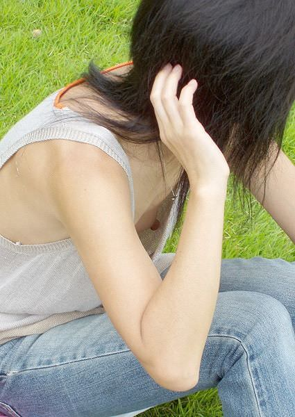 【ポロリ画像】胸元空いてる女がいたもんだから覗いて見たら乳首まで見えてたwww 08