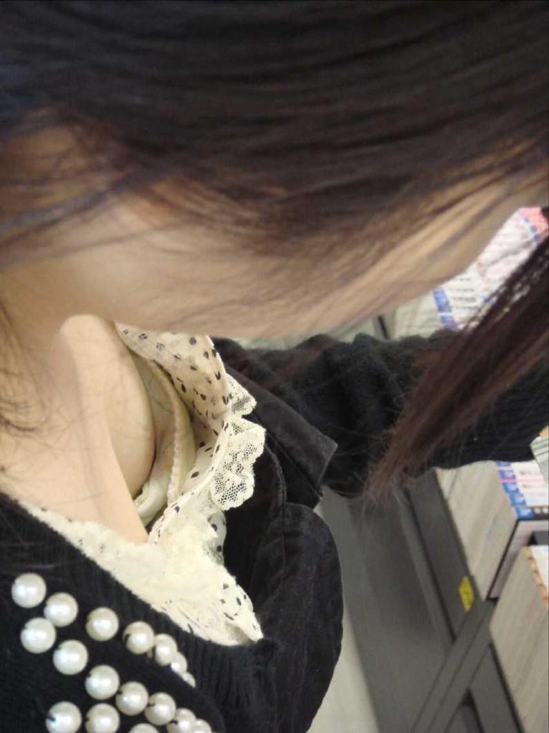 【ポロリ画像】胸元空いてる女がいたもんだから覗いて見たら乳首まで見えてたwww 10