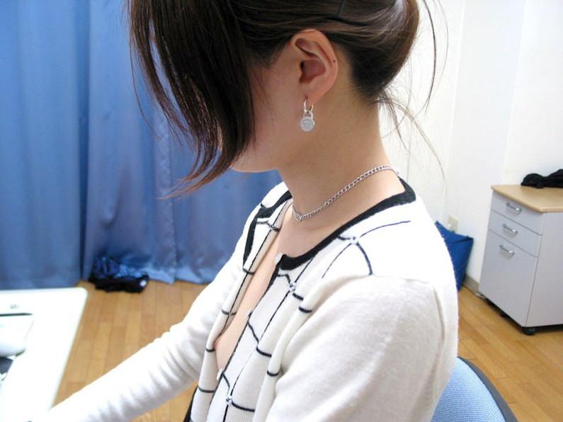 【ポロリ画像】胸元空いてる女がいたもんだから覗いて見たら乳首まで見えてたwww 16