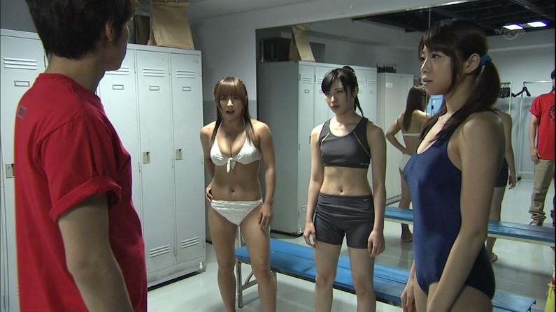 【放送事故画像】水着とかいう局部しか隠さないエロい姿でテレビに映る女達www 04