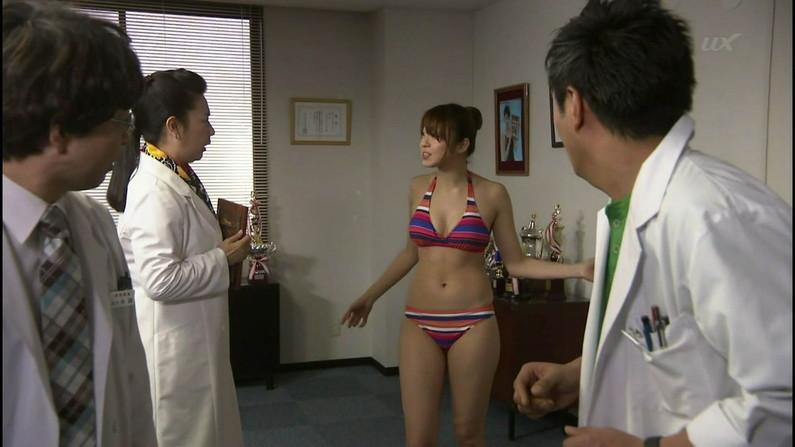 【放送事故画像】水着とかいう局部しか隠さないエロい姿でテレビに映る女達www 07