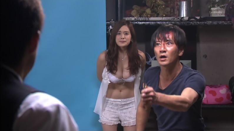 【放送事故画像】水着とかいう局部しか隠さないエロい姿でテレビに映る女達www 21