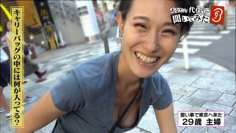 【放送事故画像】前屈みになった瞬間のオッパイアングルがエロすぎてヤバイwww 07