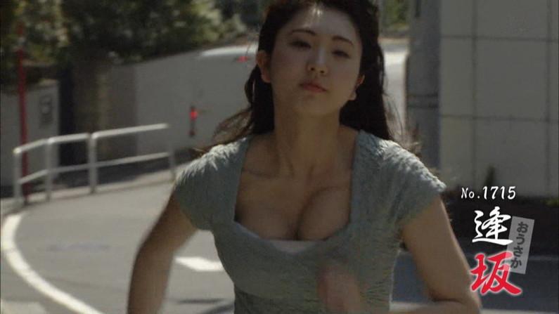 【放送事故画像】胸の周りのお肉をかき集めて谷間ちらつかせる女達www 22