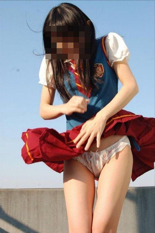 【パンチラ画像】漫画のように風にガッツリスカートめくられちゃった女達ww 08