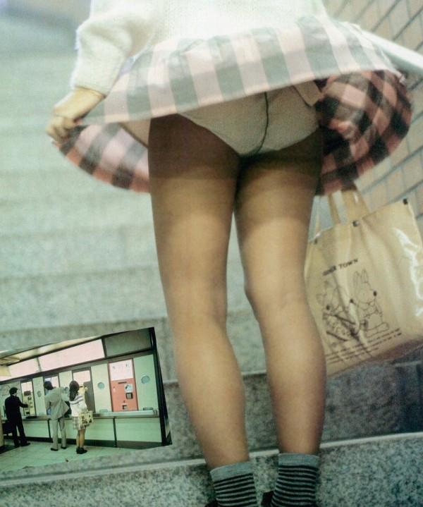 【パンチラ画像】漫画のように風にガッツリスカートめくられちゃった女達ww 23