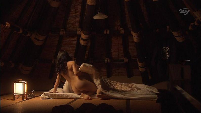 【お宝エロ画像】できるなら一人の時に隣にティッシュ用意して見たい濡れ場やベッドシーンww 10