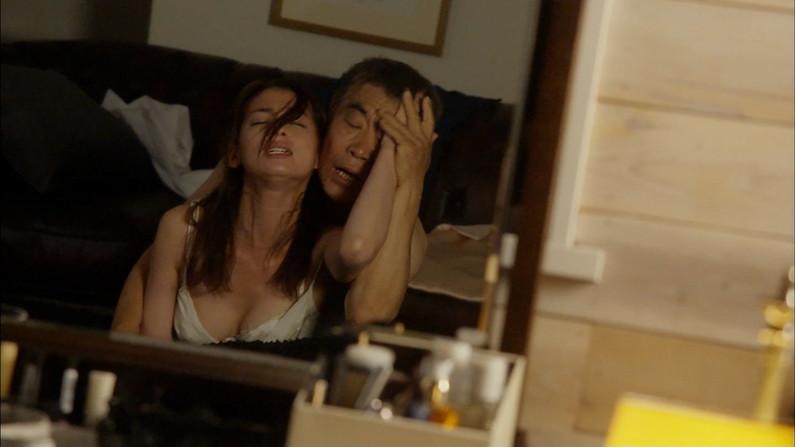 【お宝エロ画像】できるなら一人の時に隣にティッシュ用意して見たい濡れ場やベッドシーンww 13
