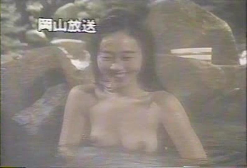 【放送事故画像】テレビでバスタオル一枚で映ると言うポロリ狙いな温泉レポww 11