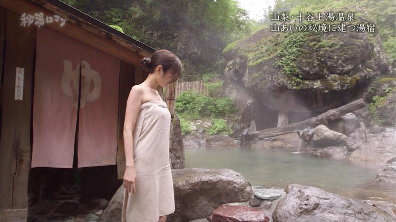 【放送事故画像】テレビでバスタオル一枚で映ると言うポロリ狙いな温泉レポww 14