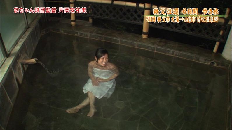 【放送事故画像】テレビでバスタオル一枚で映ると言うポロリ狙いな温泉レポww 16