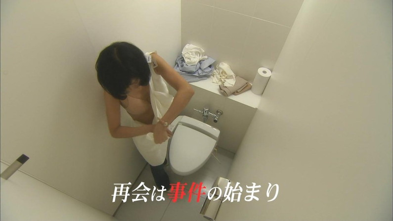 【放送事故画像】テレビ見てたらオッパイいっぱい、谷間がエロすぎる女性タレント達ww 21