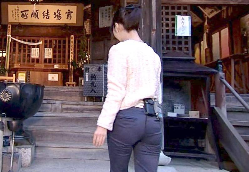 【放送事故画像】お尻で男を誘惑する女って最高だよなwカメラもついついお尻弐アングル寄っちゃうw 12