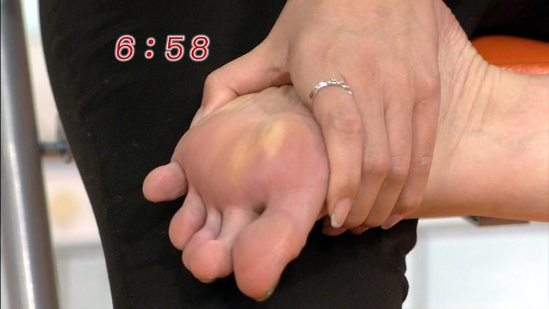 【放送事故画像】臭そうな足の裏だけど、美人だったらちょっと臭ってみたいマニアな画像集www 15