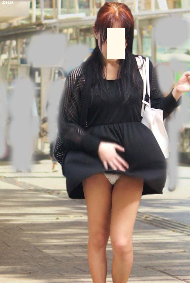 【パンチラ画像】強風注意報ならぬパンチラ注意報w見事にパンチラしちゃった女達ww 04