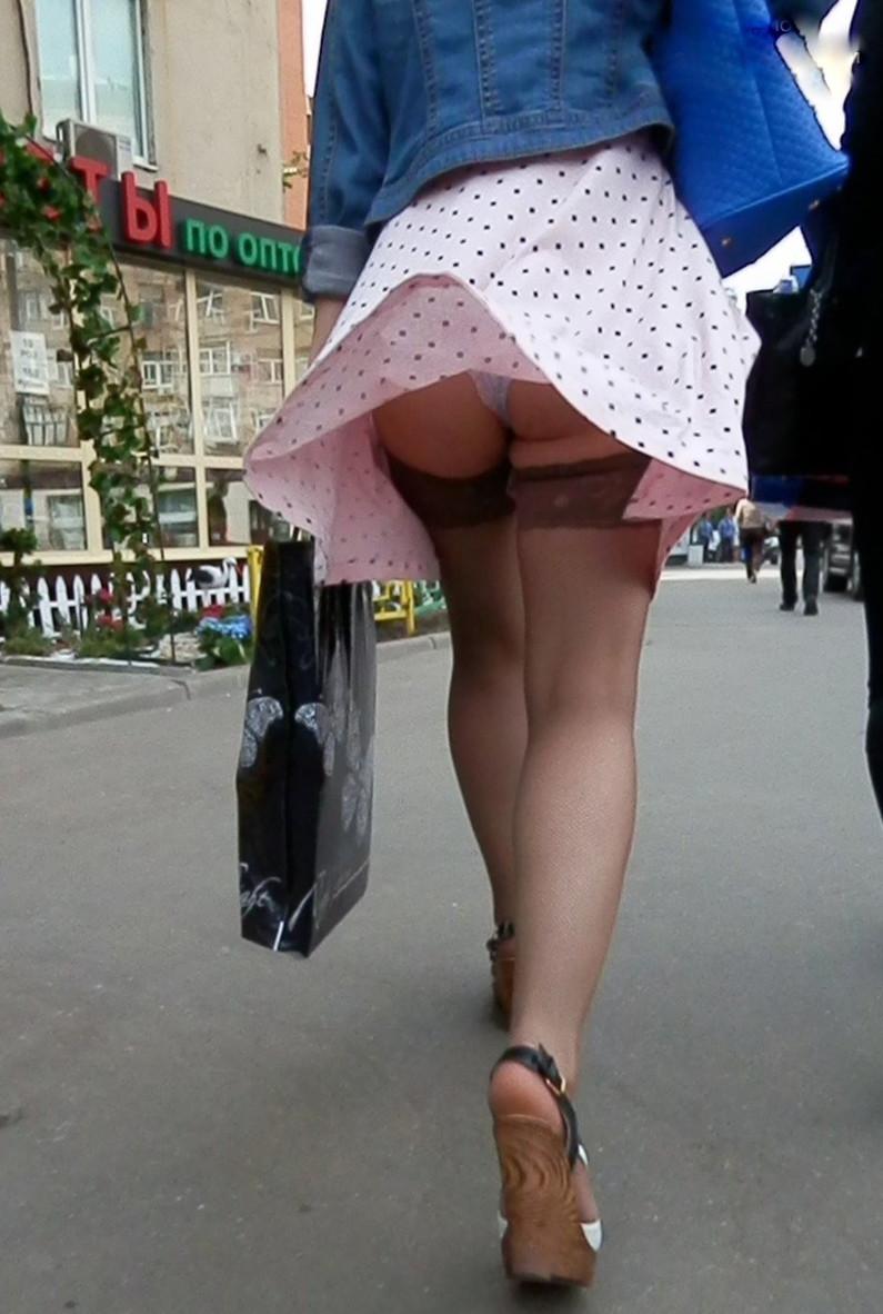【パンチラ画像】強風注意報ならぬパンチラ注意報w見事にパンチラしちゃった女達ww 18