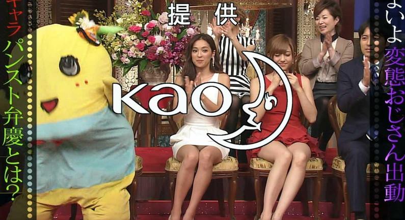 【放送事故画像】テレビで股間を挑発してくる有名人達のあざといパンチラww 19