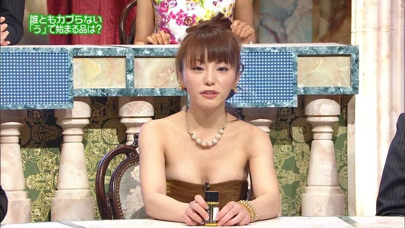 【放送事故画像】テレビに映る深い女の谷間に飛び込みたくなってくる画像www