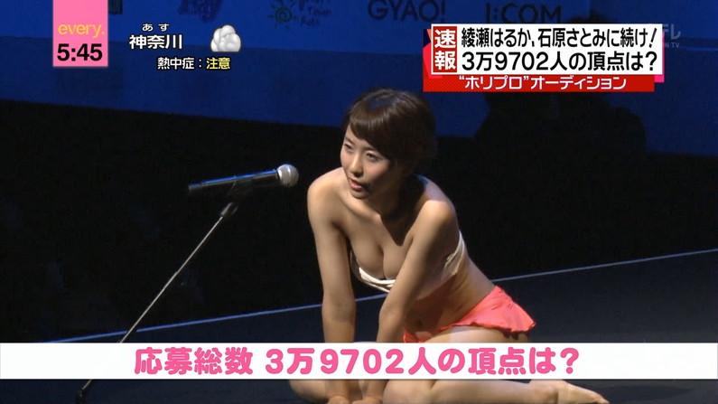 【放送事故画像】テレビに映る深い女の谷間に飛び込みたくなってくる画像www 06