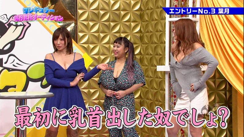 【放送事故画像】テレビに映る深い女の谷間に飛び込みたくなってくる画像www 10