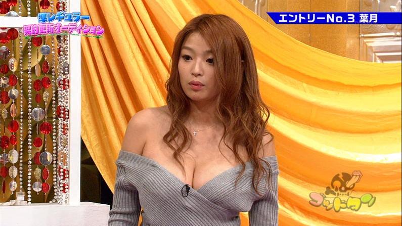 【放送事故画像】テレビに映る深い女の谷間に飛び込みたくなってくる画像www 15