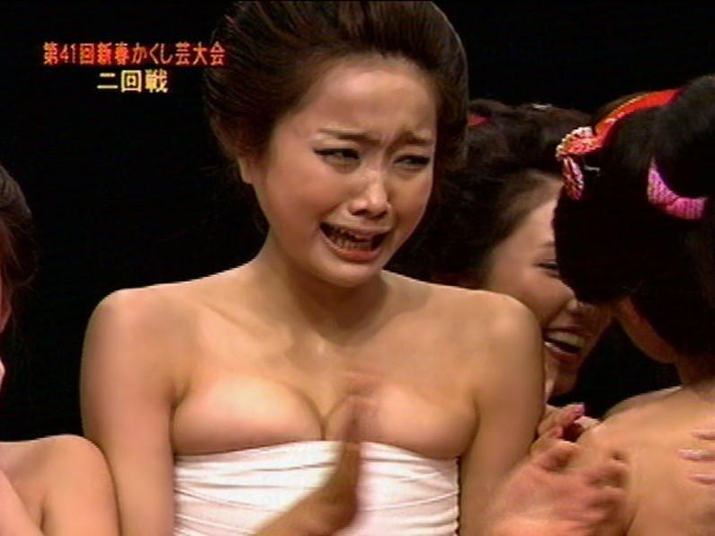 【放送事故画像】テレビに映る深い女の谷間に飛び込みたくなってくる画像www 22