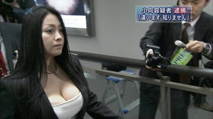 【放送事故画像】テレビに映る巨乳ちゃん!これシリコンでも入ってるんじゃねぇの?w 16