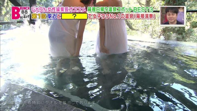 【放送事故画像】巨乳美女達がテレビの前で風呂に入る姿がエロすぎてたまらんww 04
