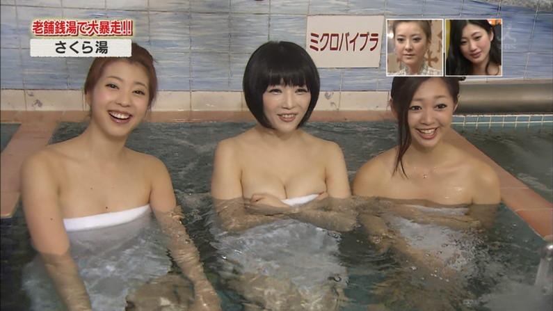【放送事故画像】巨乳美女達がテレビの前で風呂に入る姿がエロすぎてたまらんww 18